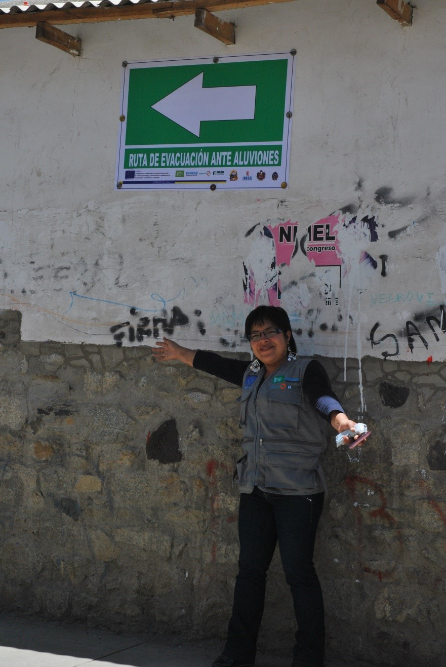 A community Brigade member points the way towards safe evacuation in Peru.