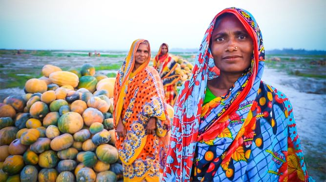 In Bangladesh people, like these pumpkin farmers, are already affected by increasing prices of vital goods. By: Praban Ganguly, Practical Action